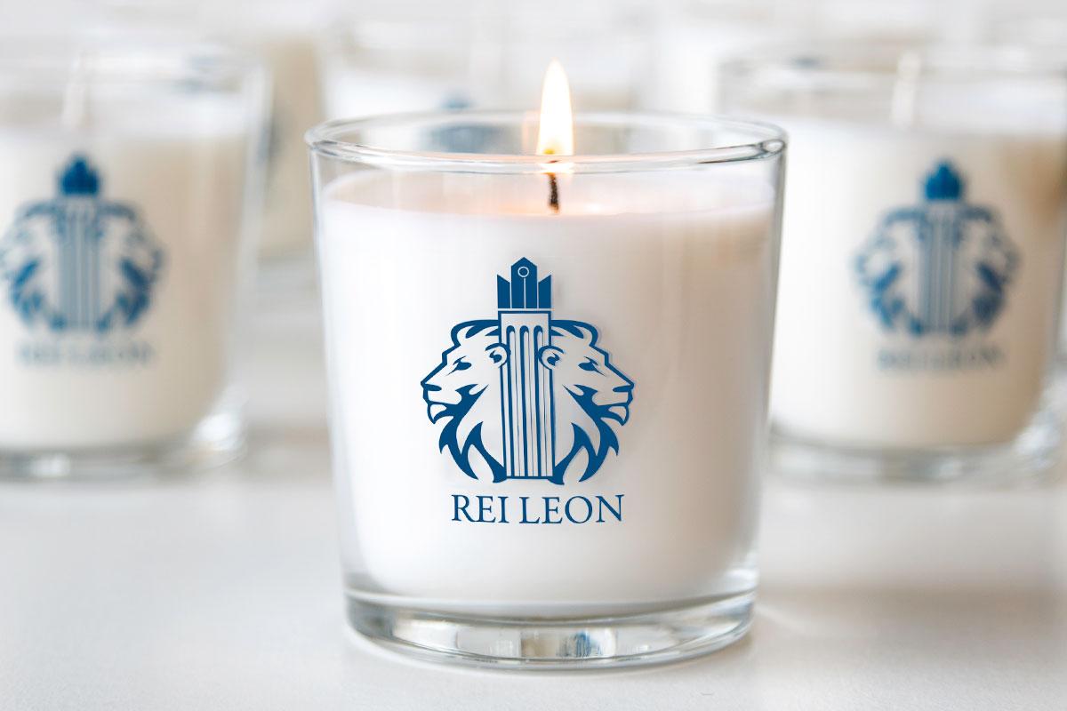 Διάφανο δοχείο με τυπωμένο λογότυπο, με λευκό αρωματικό κερί